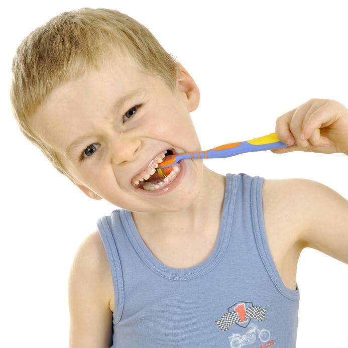 Junge hat Spaß beim Zähneputzen